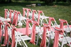 Registro de la boda hermoso en naturaleza Sillas blancas para el registro que visita Tienda rosada con las flores blancas para Imágenes de archivo libres de regalías