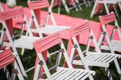 Registro de la boda hermoso en naturaleza Sillas blancas para el registro que visita Tienda rosada con las flores blancas para Fotografía de archivo