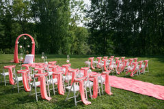 Registro de la boda hermoso en naturaleza Sillas blancas para el registro que visita Tienda rosada con las flores blancas para Fotografía de archivo libre de regalías