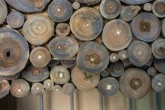 Registro de madera cortado en pedazos finos redondos Imagenes de archivo