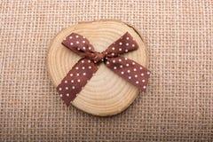 Registro de madera cortado en pedazos finos redondos Imágenes de archivo libres de regalías
