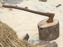 Registro de madera del fuego y hacha oxidada vieja Foto de archivo