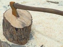 Registro de madera del fuego y hacha oxidada vieja Fotografía de archivo libre de regalías