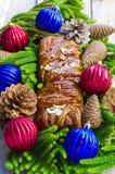 Registro de Yule del rollo de la Navidad con caramelo y almendras Imágenes de archivo libres de regalías