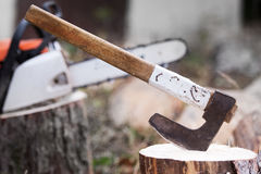 Registro del corte de la cuchilla de la motosierra de la madera Fotografía de archivo