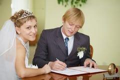 Registro dell'unione. Newlyweds felici. fotografie stock