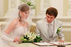 Registro di cerimonia nuziale del segno delle coppie Immagine Stock