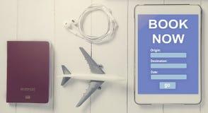 Registro em linha do curso na tabuleta Viajante que usa a agência de viagens em linha para registrar a acomodação Imagens de Stock Royalty Free