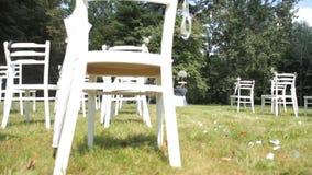 Registro exterior en la boda, sillas hermosas blancas almacen de metraje de vídeo
