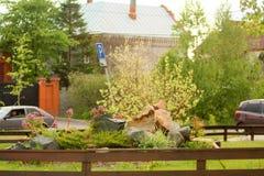 Registro na jarda de uma casa fotos de stock royalty free