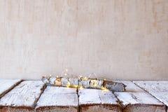 Registro viejo del árbol con las luces de la Navidad de hadas en la tabla de madera Foco selectivo Exhibición del producto Imagen de archivo