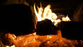 Registros ardientes en la estufa metrajes
