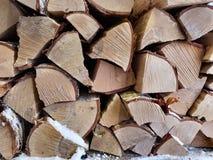 Registros de la leña del árbol de abedul cortados y apilados para secarse en invierno en fondo completo septentrional del marco d Foto de archivo