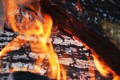 Registros de madera ardientes, fondo transparente anaranjado de las llamas Fotos de archivo