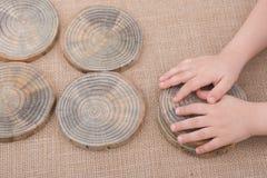 Registros de madera cortados en pedazos finos redondos Imagen de archivo