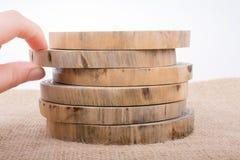 Registros de madera cortados en pedazos finos redondos Imagen de archivo libre de regalías