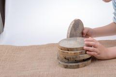 Registros de madera cortados en pedazos finos redondos Fotos de archivo