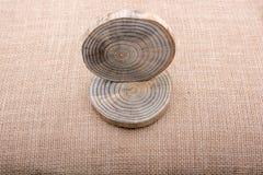Registros de madera cortados en pedazos finos redondos Imagenes de archivo