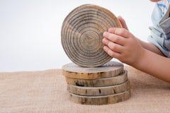 Registros de madera cortados en pedazos finos redondos Foto de archivo