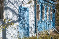 Registros de madera de la casa rusa tradicional azul clara exteriores foto de archivo libre de regalías