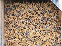 Registros de madera para calentar Madera tajada enderezada en fila Pared hecha de cortar registros Fotografía de archivo libre de regalías