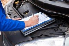 Registros de manutenção do carro do mecânico Fotografia de Stock Royalty Free