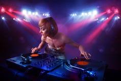 Registros de mistura do DJ do adolescente na frente de uma multidão na fase Fotos de Stock