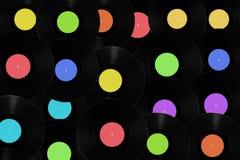 Registros de vinil com etiquetas coloridas diferentes. Fotos de Stock