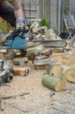 Registros del sawing del hombre Imagen de archivo