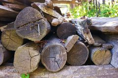 Registros derrumbados y tableros hechos de la madera foto de archivo libre de regalías