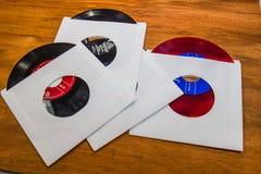 Registros do vintage 45 RPM com luvas brancas Fotografia de Stock