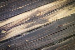 Registros muy viejos de la pared de la casa, horizontales, remolque, grietas, defecto Fotos de archivo