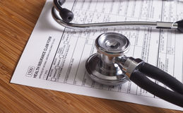Registros, pena e estetoscópio do seguro médico Foto de Stock Royalty Free