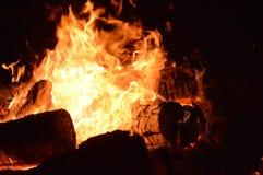 Registros que queimam-se em um poço do incêndio Imagens de Stock