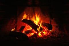 Registros que queman en chimenea Imágenes de archivo libres de regalías