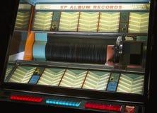 Registros retros originais dos anos 50 dos anos sessenta de Seeburg do jogador de música do vinil do registro do jukebox imagens de stock