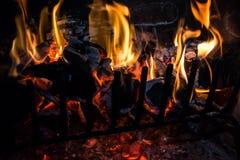 Registros y carbón en el fuego Fotos de archivo