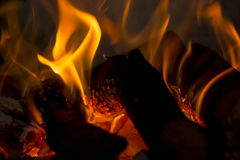 Registros y carbón en el fuego Imagen de archivo