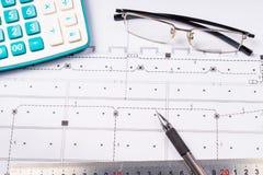 Regla, borrador, vidrios y un lápiz en el plan de piso - negocio a la aún-vida Foto de archivo