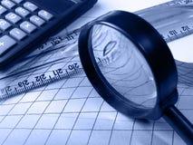 Regla, calculadora y lupa, azules fotografía de archivo
