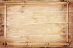 Regla de los carpinteros y tablones de madera Fotos de archivo libres de regalías