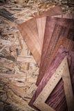 Regla de madera de las hojas de chapa en el tablero de madera Foto de archivo libre de regalías