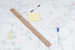 Regla, lápiz y notas sobre modelo. Fotos de archivo