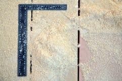 regla y virutas de madera en los tableros Imagen de archivo