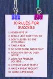10 reglas de los valores en los posts de las etiquetas engomadas en fondo oscuro Fotos de archivo