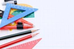 Reglas, pluma y cuaderno coloridos Foto de archivo