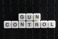 Reglementierung von Waffenbesitz-Text-Wortkreuzworträtsel Alphabetbuchstabe blockiert Spielbeschaffenheitshintergrund Weiße alpha Lizenzfreies Stockfoto