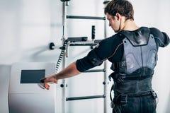 Reglerande styrka för idrottsman nen av den electro muskulösa stimulansmaskinen för ems fotografering för bildbyråer