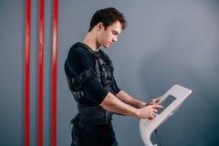 Reglerande styrka för idrottsman nen av den electro muskulösa stimulansmaskinen för ems arkivbild