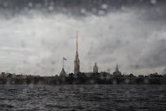Regn över den Peter och Paul fästningen royaltyfria bilder